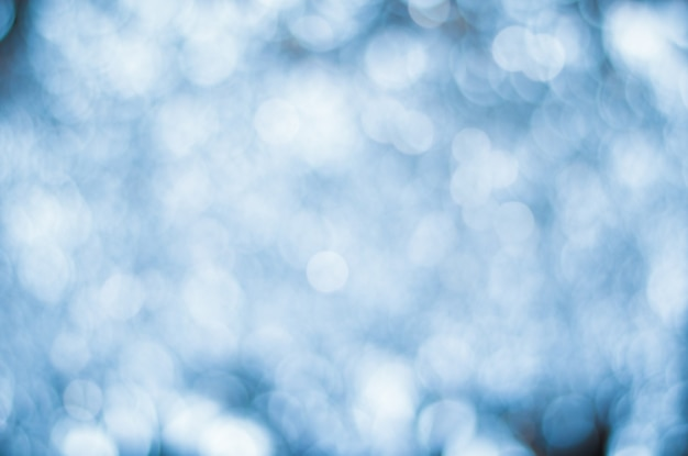 Arrière-plan flou bleu avec des lumières de défocalisation