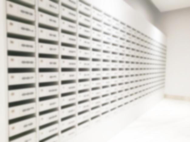 Arrière-plan flou de la boîte aux lettres dans le bâtiment.