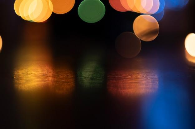Arrière-plan flou bokeh de la lumière de nuit de la ville.