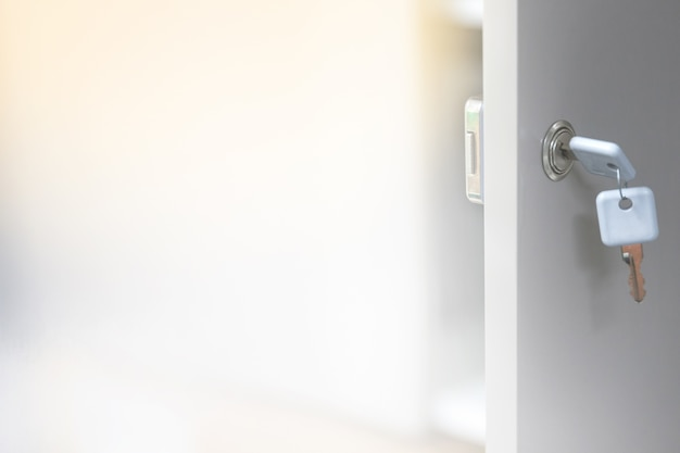 Arrière-plan flou de la clé pour déverrouiller les portes de certaines armoires.