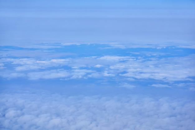 Arrière-plan flou, cloudscape - nuages, vue de dessus, depuis un avion ou depuis l'espace