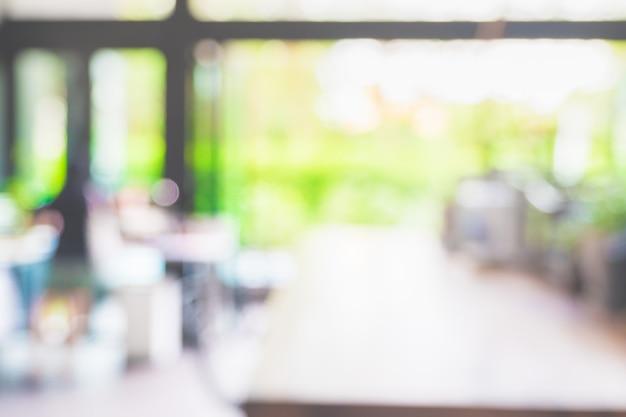 Arrière-plan flou de cuisine moderne avec comptoir près de la fenêtre du jardin.