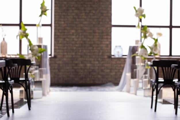 Arrière-plan flou avec un décor de mariage pour les mariés.