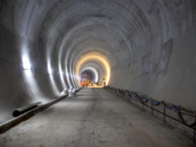 Arrière-plan flou du chantier de construction du tunnel ferroviaire