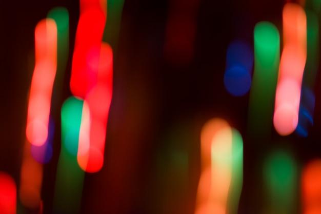 Arrière-plan flou du concert de bokeh de nuit. lumières de la scène au concert. éclairage de concert défocalisé. flou fond abstrait festival