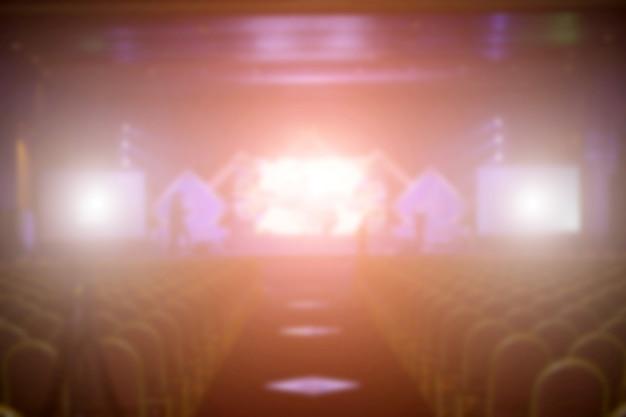 Arrière-plan flou du concert de l'événement ou de la cérémonie de remise des prix avec éclairage dans la salle de conférence