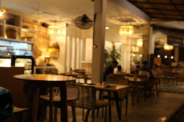 Arrière-plan flou du restaurant avec lumière bokeh abstraite.