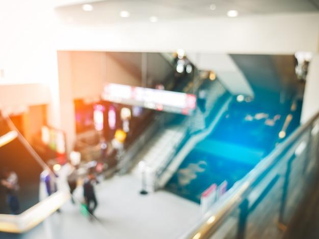Arrière-plan flou d'un grand magasin avec des gens dans la salle des congrès