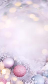 Arrière-plan flou d'hiver fond de noël vertical de couleur rose tendre avec un espace réservé au texte