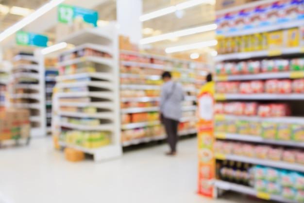 Arrière-plan flou intérieur de supermarché avec les clients