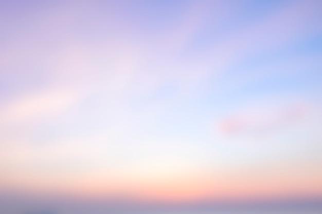 Arrière-plan flou de lever de soleil, lumière du matin