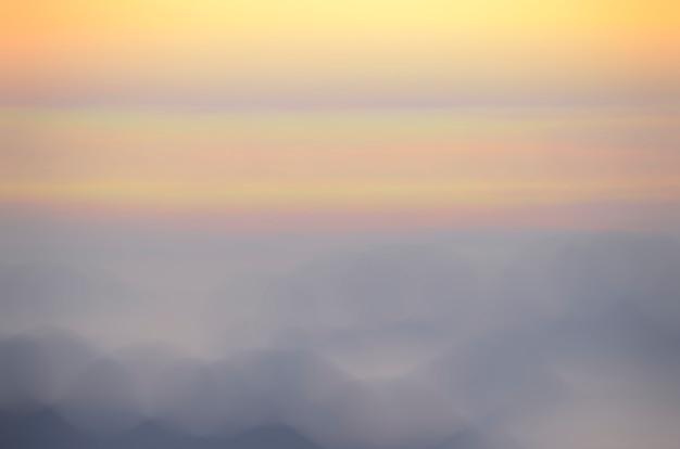 Arrière-plan flou de lever de soleil, lumière tôt le matin, le phénomène d'éclairage naturel.