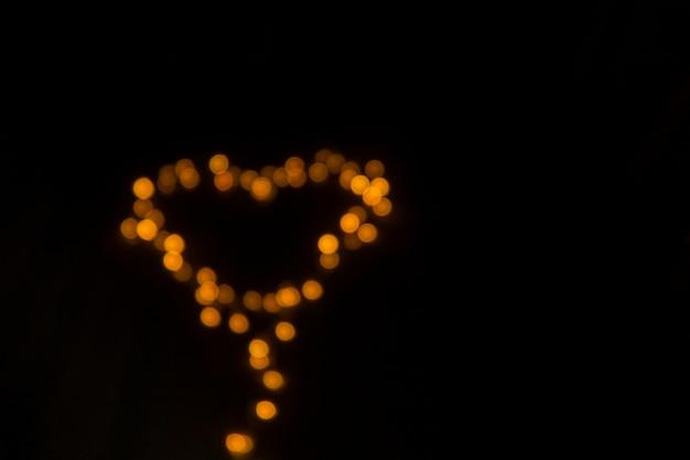 Arrière-plan flou des lumières en forme de coeur. thème de la saint-valentin.