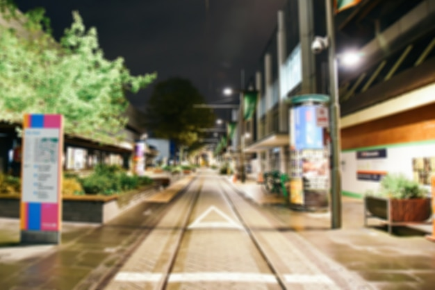 Arrière-plan flou - les lumières de la ville de nuit de rue se brouillent. retro photo tonique, image filtrée vintage.