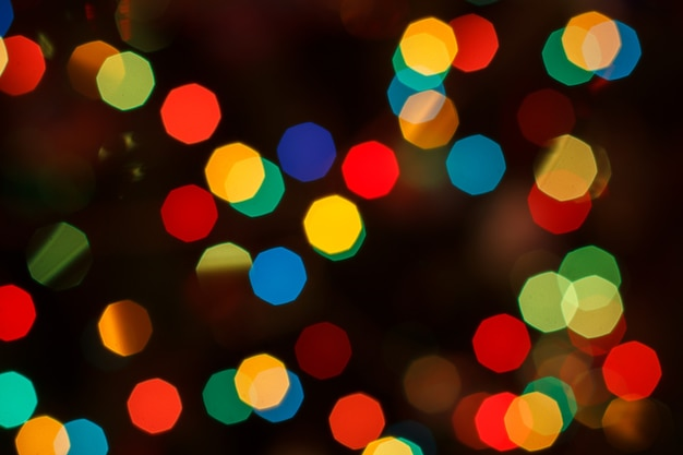 Arrière-plan flou de noël avec des lumières festives colorées. pâté de nuit de vacances. abstrait bokeh circulaire.