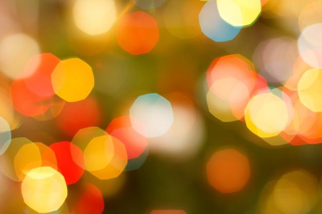 Arrière-plan flou de noël avec des lumières festives rouges et jaunes. abstrait bokeh circulaire.