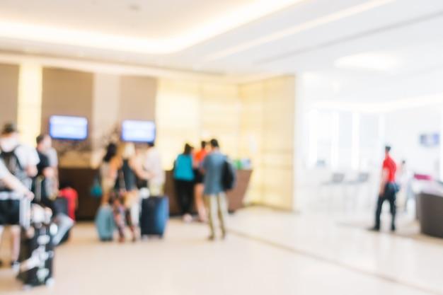 Arrière-plan flou de personnes qui attendent avec des bagages