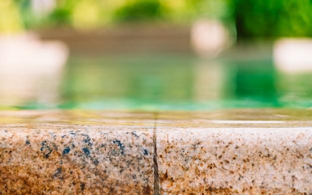Arrière-plan flou de la piscine. couleurs vives