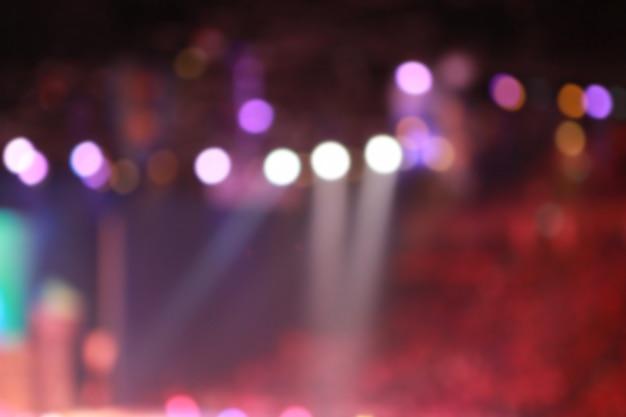 Arrière-plan flou de projecteurs dans la salle de conférence