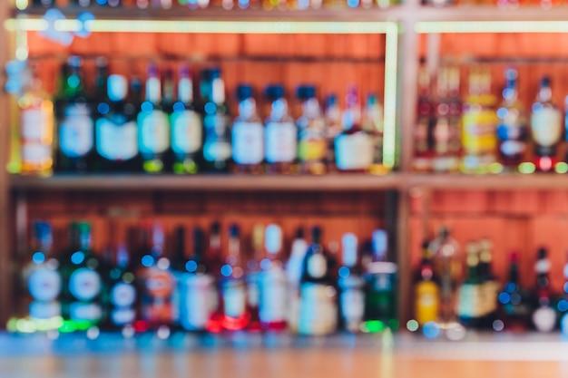 Arrière-plan flou avec restaurant flou intérieur. alcool bouteilles d'alcool.