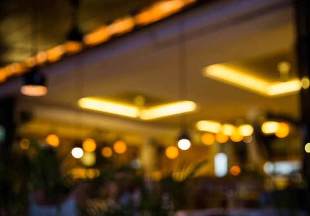 Arrière-plan flou. restaurant avec tables et chaises fond flou avec lumière bokeh.