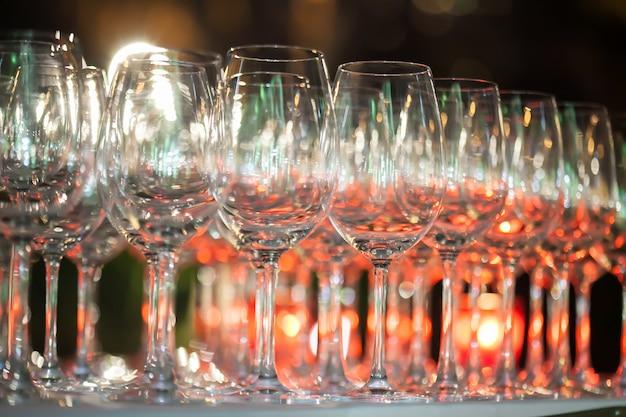 Arrière-plan flou de verre à vin mis en place sur un bar dans le restaurant.