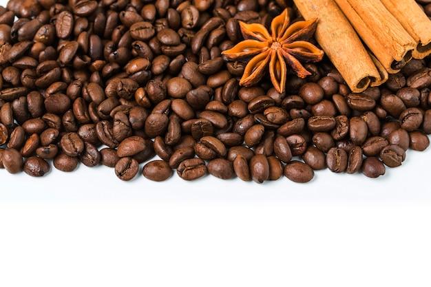Arrière-plan de grains de café avec de la cannelle et l'anis étoilé