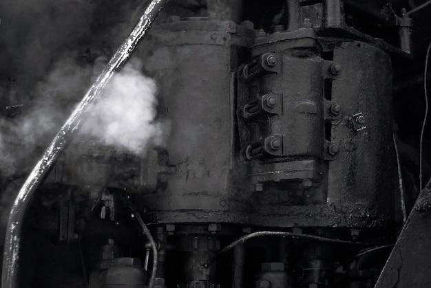 Arrière-plan industriel noir - fragment d'une machine à vapeur vintage en état de marche