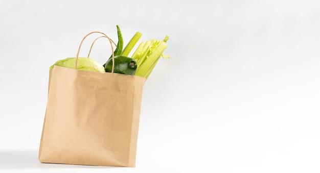 Arrière-plan de livraison d'aliments sains. nourriture végétarienne végétalienne dans un sac en papier artisanal. supermarché alimentaire et concept d'alimentation propre.