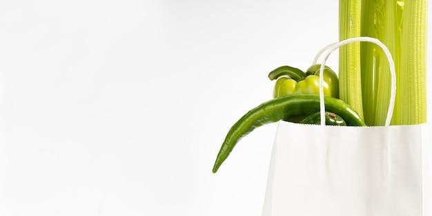Arrière-plan de livraison d'aliments sains. nourriture végétarienne végétalienne dans des sacs en papier légumes blancs, arrière-plan. épicerie supermarché alimentaire et concept d'alimentation propre..
