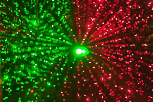 L'arrière-plan de la lumière bokeh verte et rouge diverge du centre du cadre