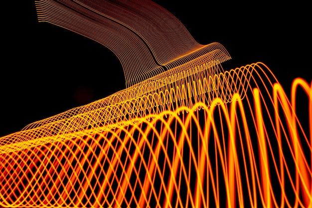 Arrière-plan lumineux conçu par une ligne de néon, tourné avec une longue exposition, or jaune