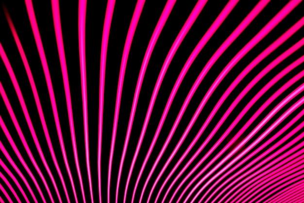 Arrière-plan lumineux conçu par une ligne de néon, tourné avec une longue exposition, rose