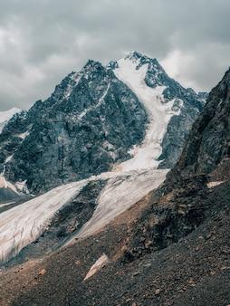 Arrière-plan naturel spectaculaire de la surface du glacier avec des fissures l'arrière-plan naturel de la paroi de glace et du glacier en arrière-plan. belle texture naturelle d'un mur de glacier sombre. vue verticale