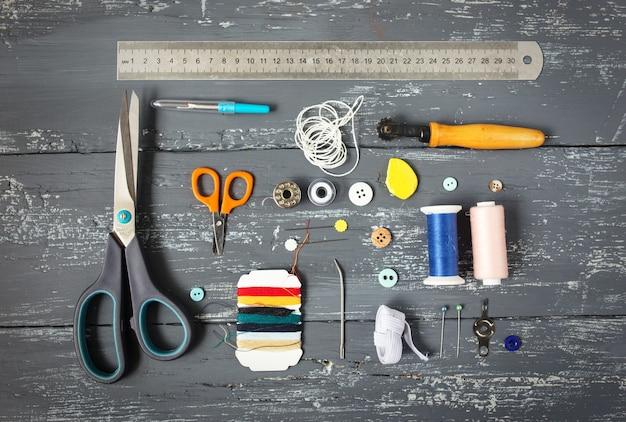 Arrière-plan avec des outils et accessoires de couture et de tricot