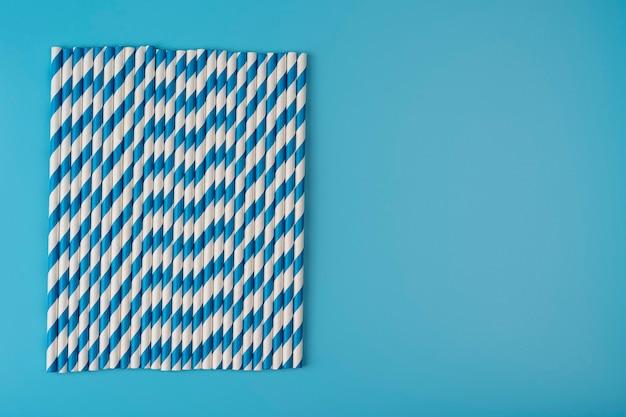 Arrière-plan pour une bannière avec des tubes en papier isolés sur fond bleu cadre pour une bannière