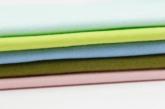 Arrière-plan de tissus et textiles colorés empilés les uns sur les autres