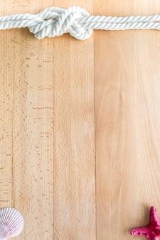Arrière-plan vertical de voyage en mer avec des objets marins sur des planches en bois