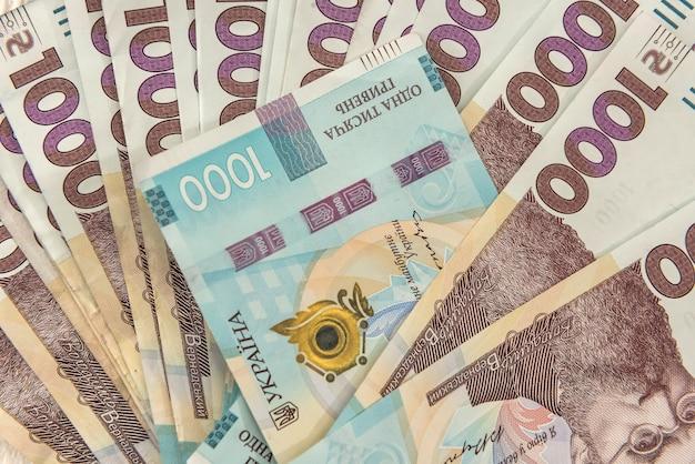 Arrière-plan de la vue de dessus avec le nouveau billet de banque de l'ukraine 1000, uah. contexte financier