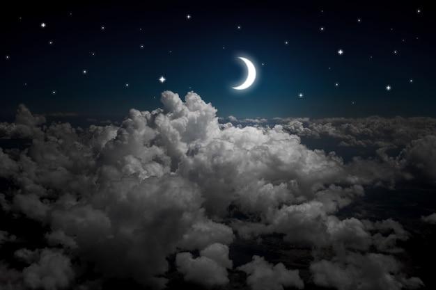 Arrière-plans ciel nocturne avec étoiles et lune et beaux nuages