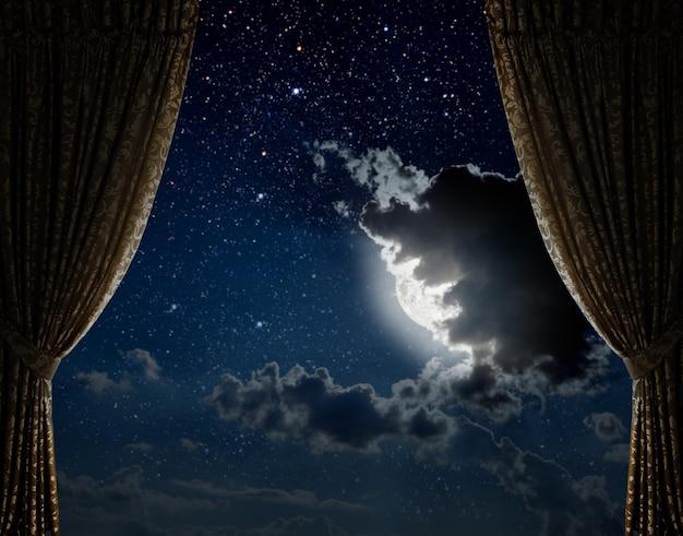 Arrière-plans ciel nocturne avec étoiles et lune et nuages en bois éléments de cette image fournis par la nasa