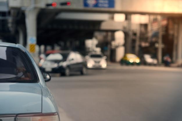 L'arrière de la voiture sur la rue floue de la ville