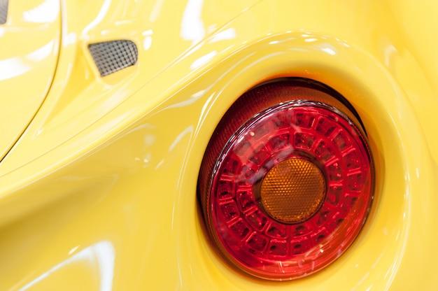 L'arrière d'une voiture de sport jaune