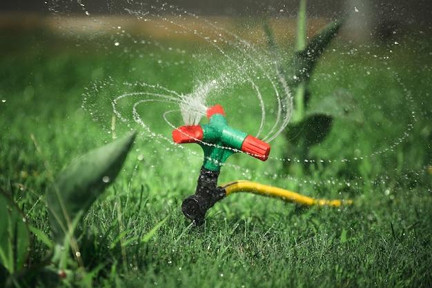 Arroseur automatique. arrosage de l'herbe de la pelouse.