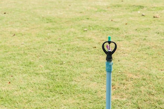 L'arroseur automatique de pelouse arrosant l'herbe verte ne fonctionne pas.