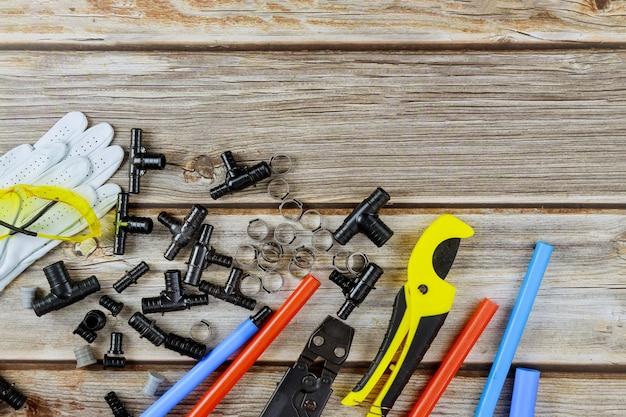 Arrosez divers équipements de plomberie, y compris les tuyaux en cuivre sur les outils