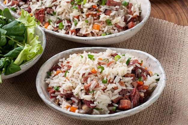 Arroz de carreteiro: nourriture typique du sud du brésil, à base de riz, viande séchée, saucisse pepperoni, bacon et carottes.
