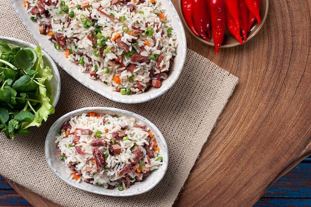 Arroz de carreteiro avec riz, viande séchée et saucisse au pepperoni