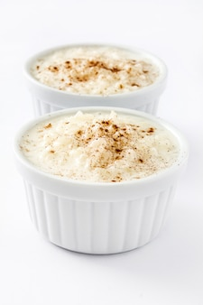 Arroz con leche riz au lait à la cannelle isolated on white