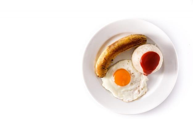 Arroz a la cubana riz cubain typique avec banane frite et oeuf au plat sur une assiette on white